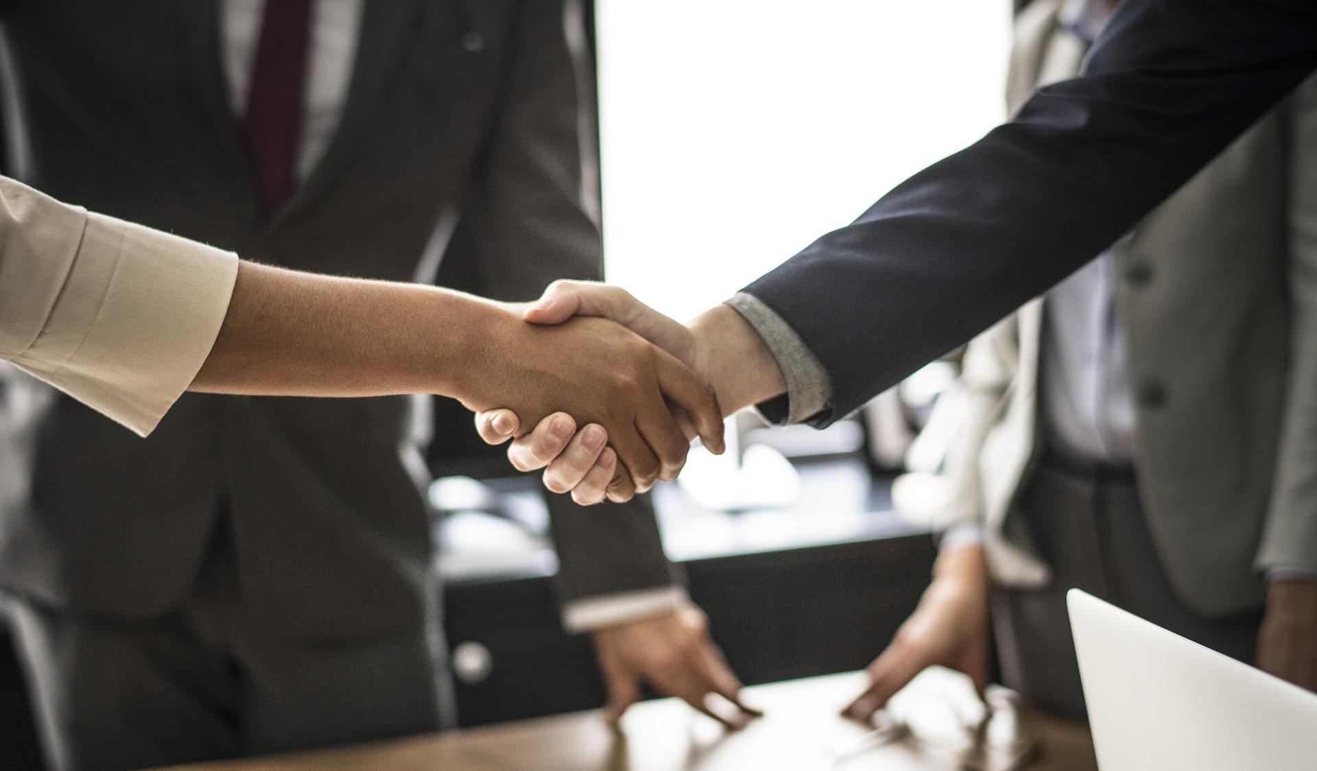 クライアントと握手する税理士