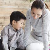 お母さんと対話する子供
