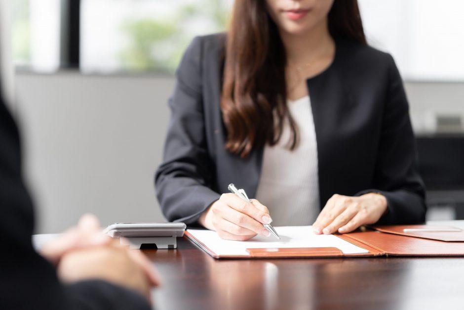 クライアントと話する女性税理士