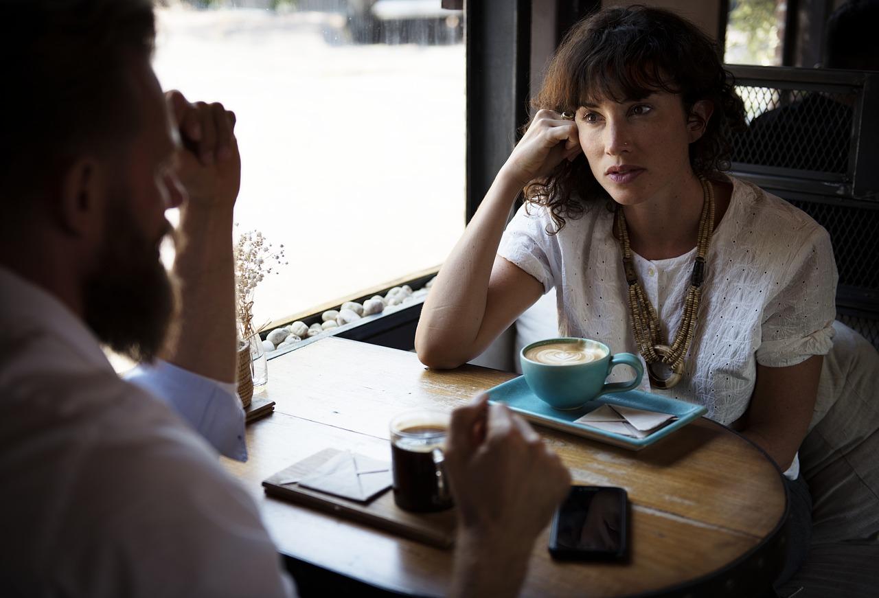 カフェで真剣に話し合う兄妹