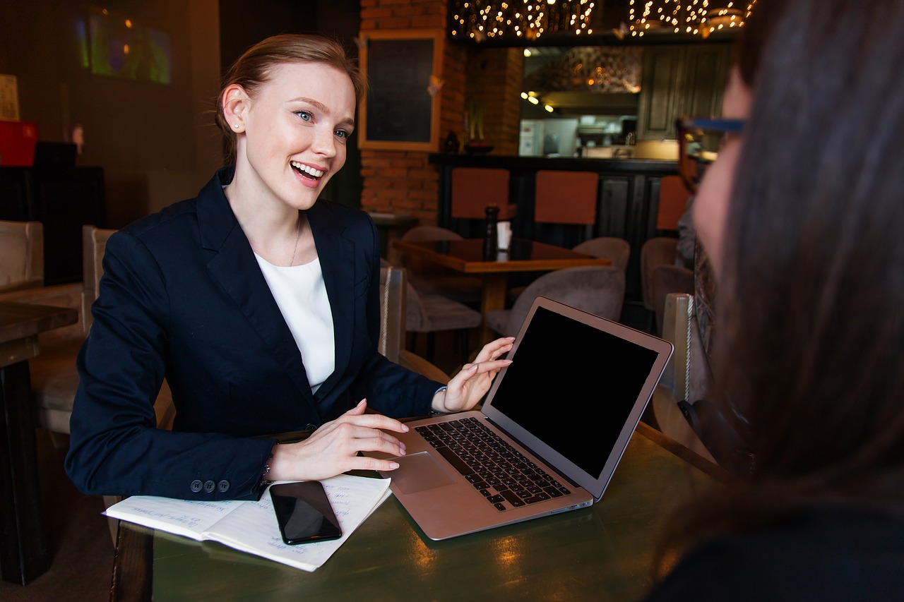 笑顔でクライアントの話を聴く女性専門家