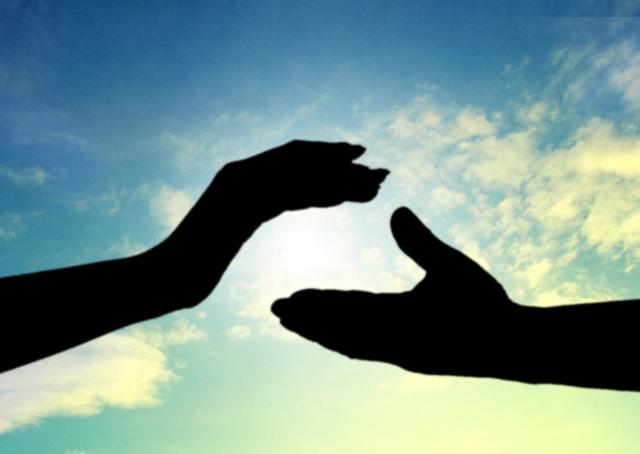 取り合う手と手