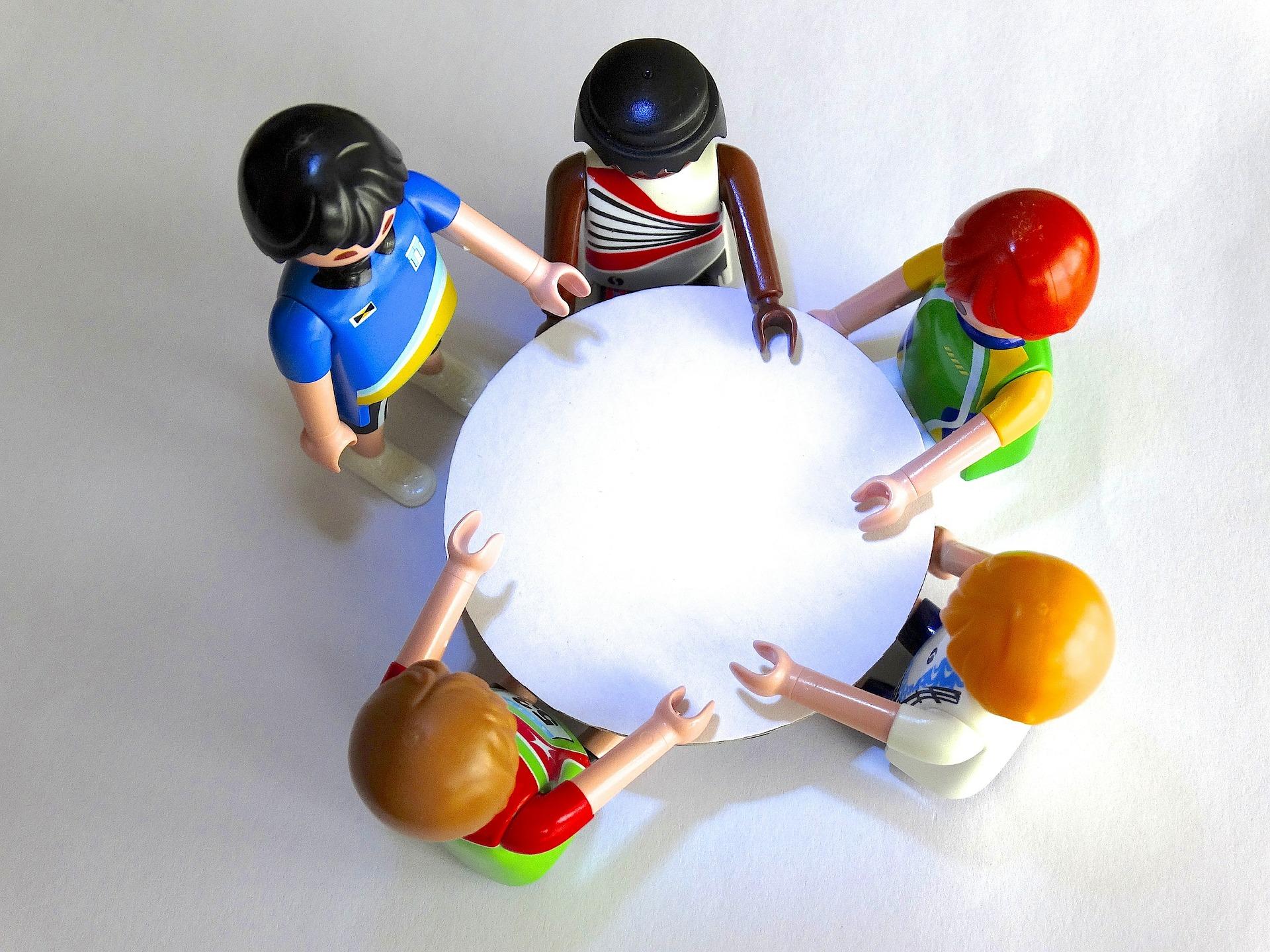 テーブルを囲む5体の人形