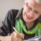 エンディングノートを書く女性