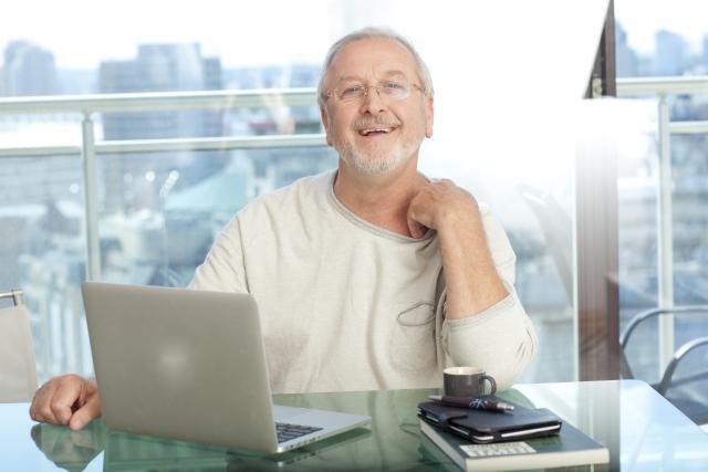 パソコンの前のシニア男性