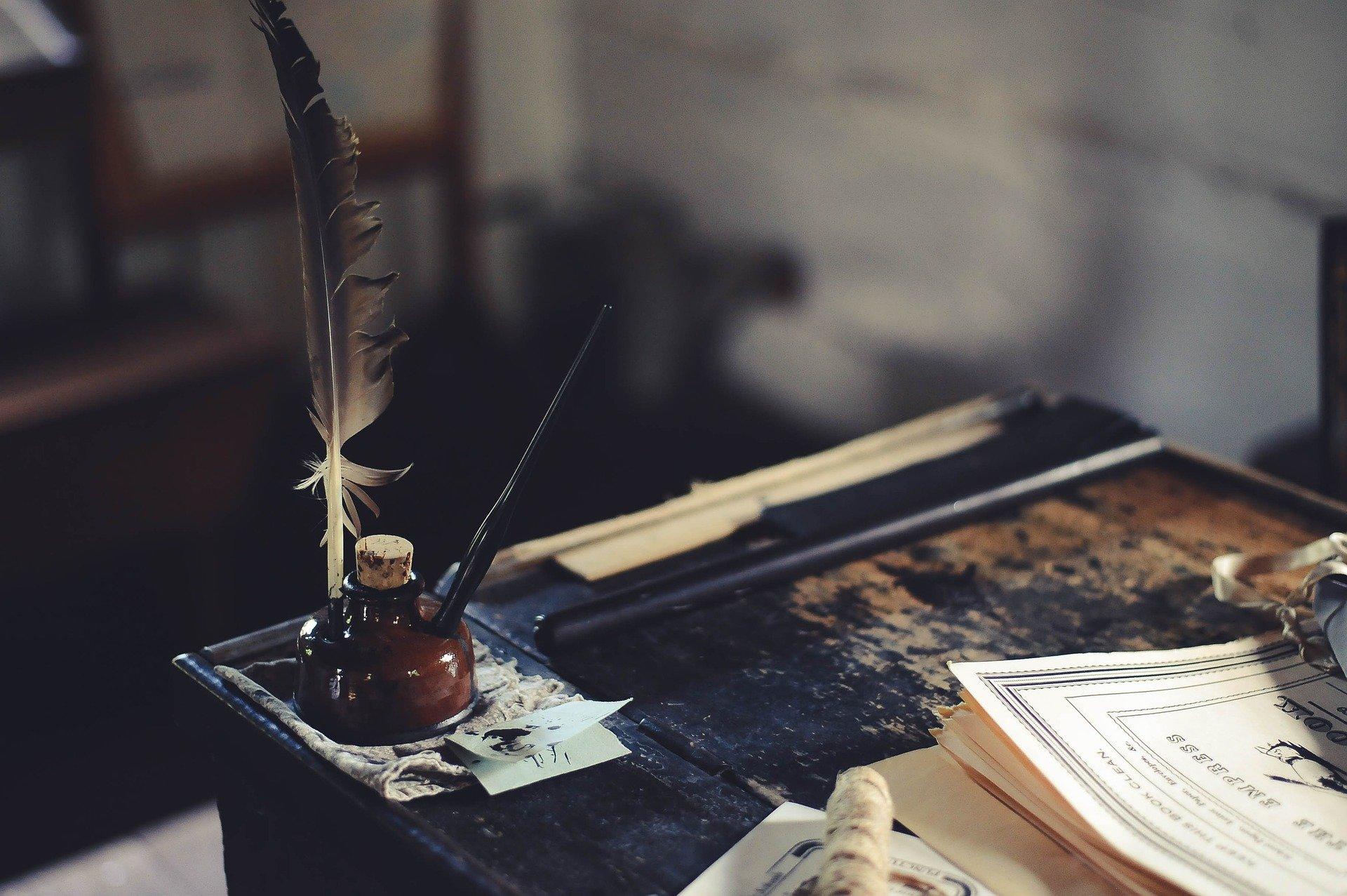 クラシカルなインクと羽根ペン