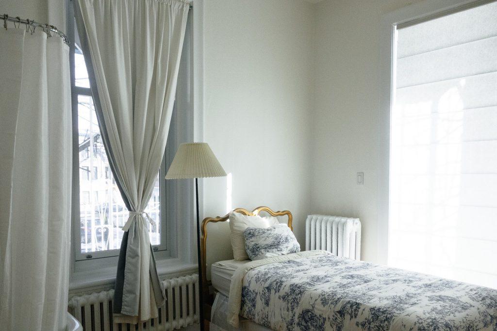 bedroom_with_big_window
