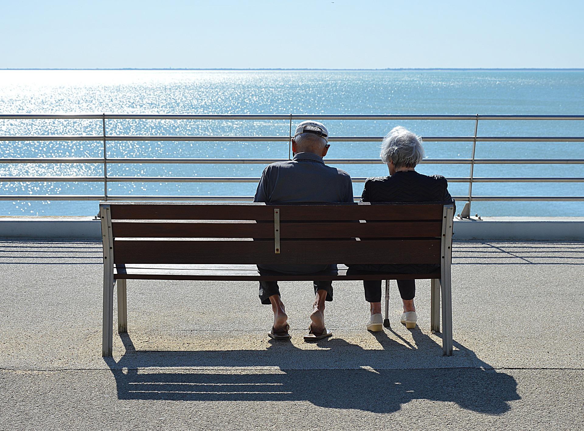 couple_sitting_near_the_sea
