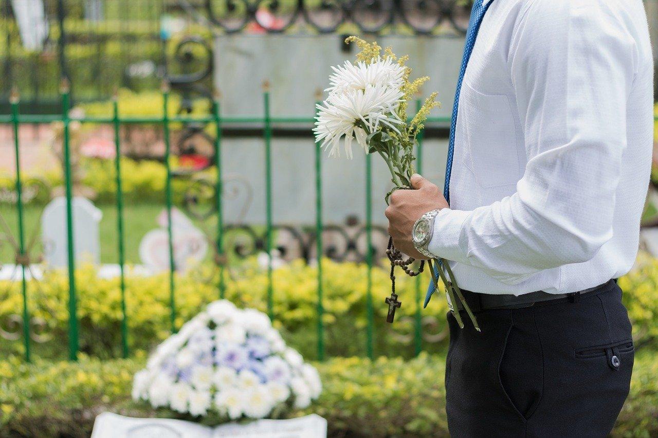葬花を持つ男性