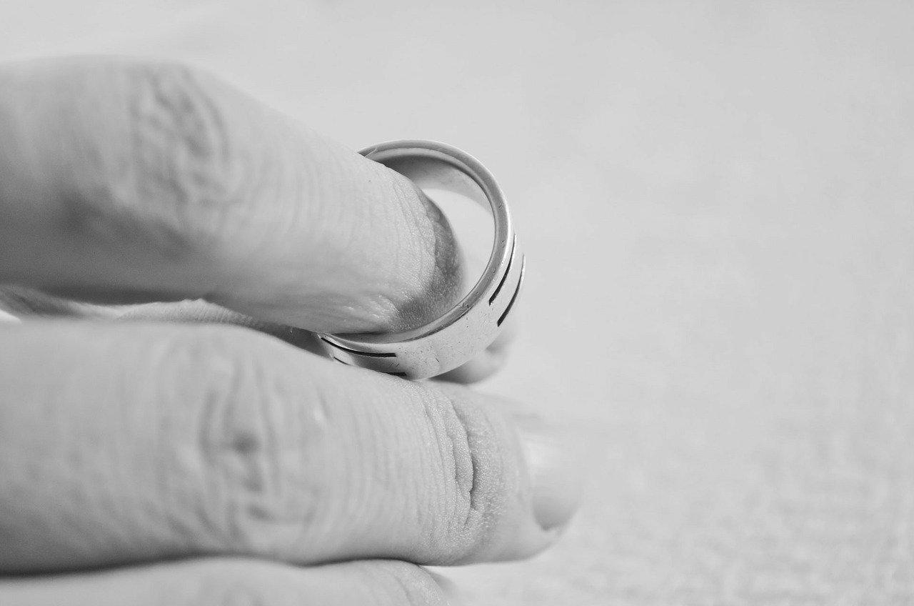 指輪を外す手