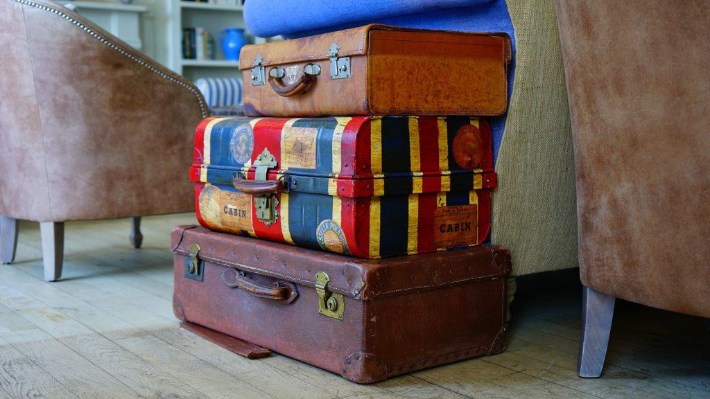 リビングのソファの間に積まれたスーツケースの山