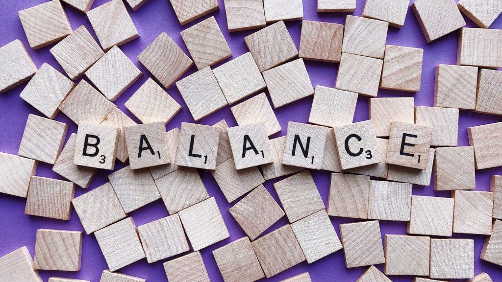 広げられた積み木の上に、「BALANCE」とそれぞれのアルファベットを書いた積木が並べられている