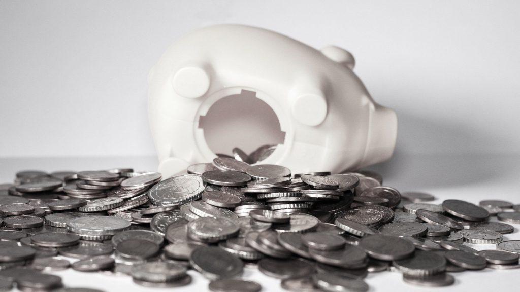 豚の貯金箱の底からこぼれた大量のコイン