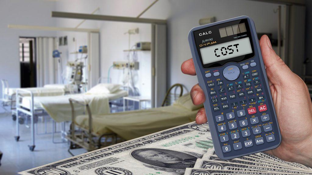 病室の前で電卓を掲げる手