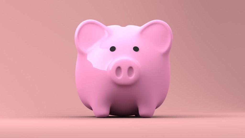こちらを見つめる豚の貯金箱