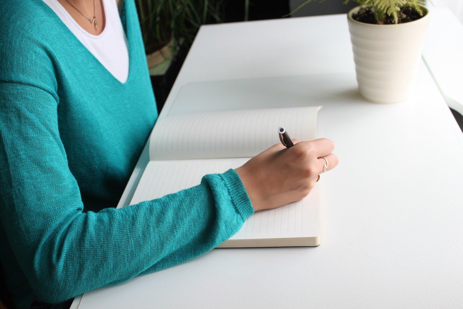 ノートに書きこむ女性
