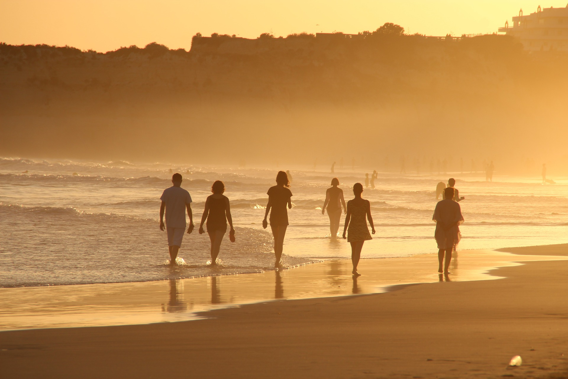 海辺を歩く人々