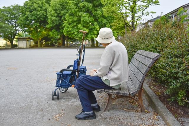 公園に座る男性