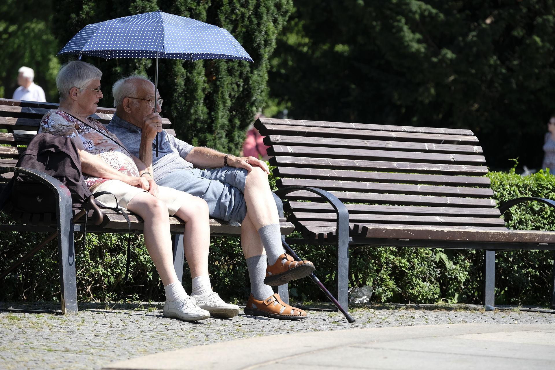 ベンチでくつろぐ老夫婦