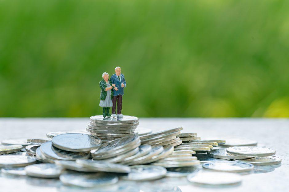 お金を不安視する老夫婦