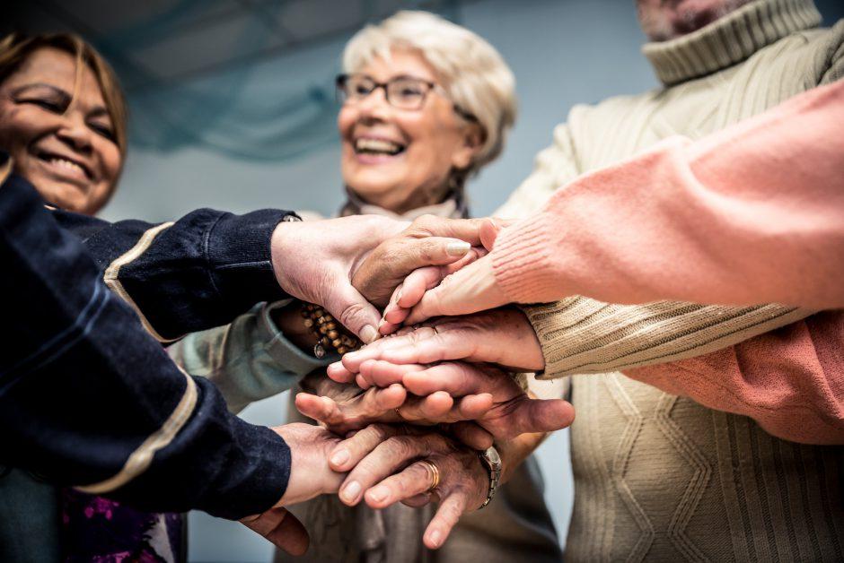 手をつなぐ高齢の女性たち