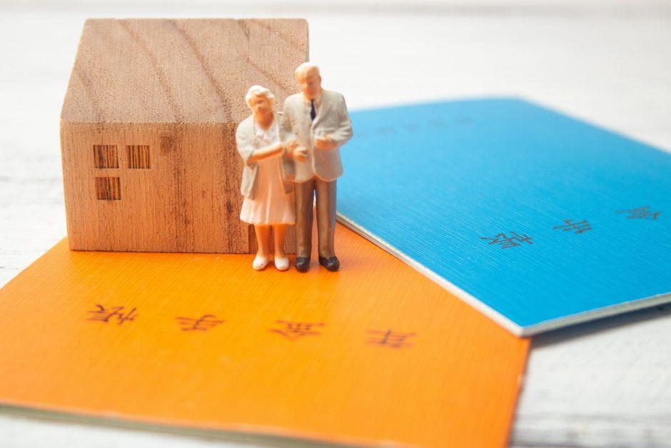 老後2000万円問題に悩む高齢夫婦
