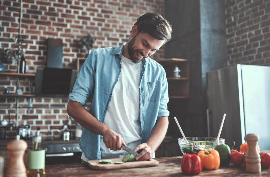 料理をする男性