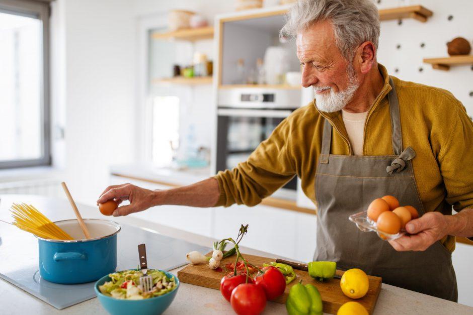 料理を楽しむ男性