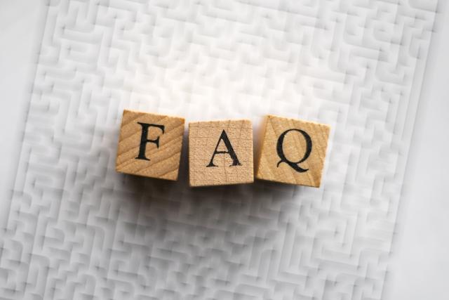 木のブロックで作ったFAQの文字