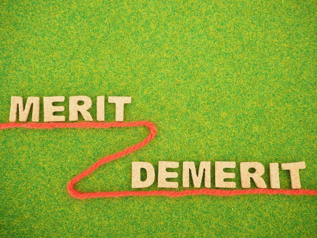 芝生の上のメリットとデメリットの文字