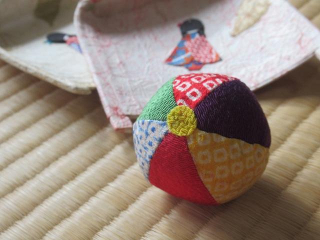 畳の上のお手玉と人形の飾り