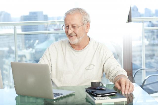 ノートパソコンを眺める外国人男性