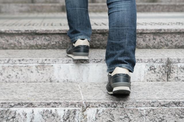石段を上がる男性の足元