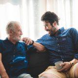 談笑する高齢の親と息子